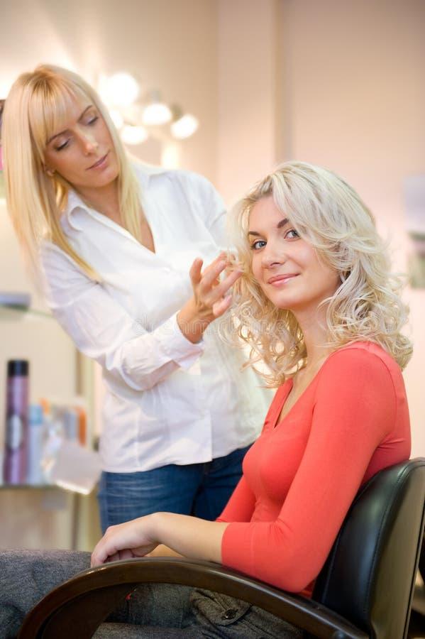 Mulher nova no salão de beleza de beleza foto de stock royalty free
