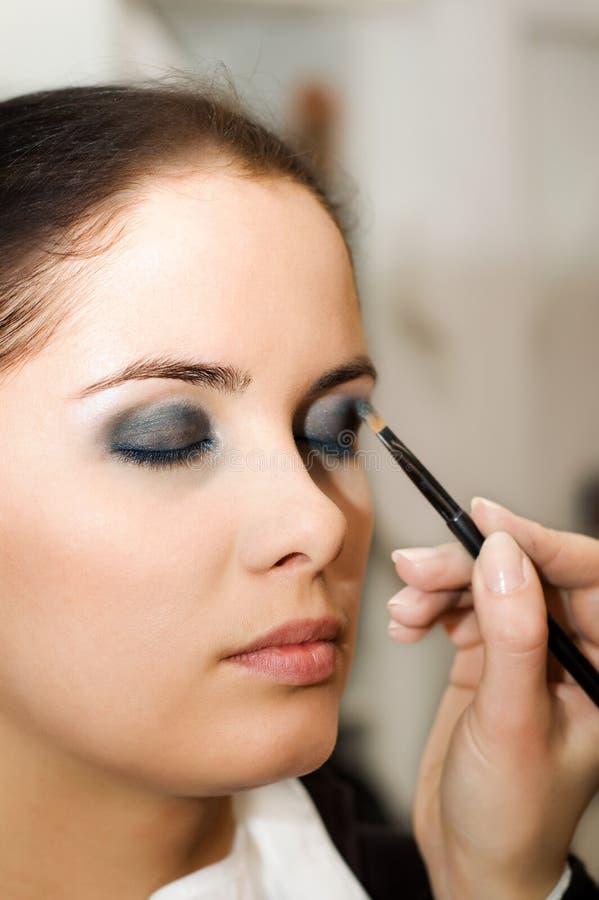 Mulher nova no salão de beleza de beleza (DOF raso) imagens de stock royalty free