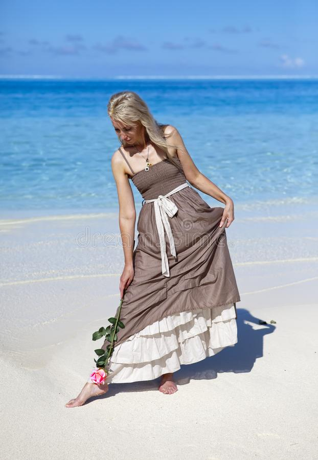 A mulher nova no sundress longos em uma praia tropical polynesia foto de stock royalty free