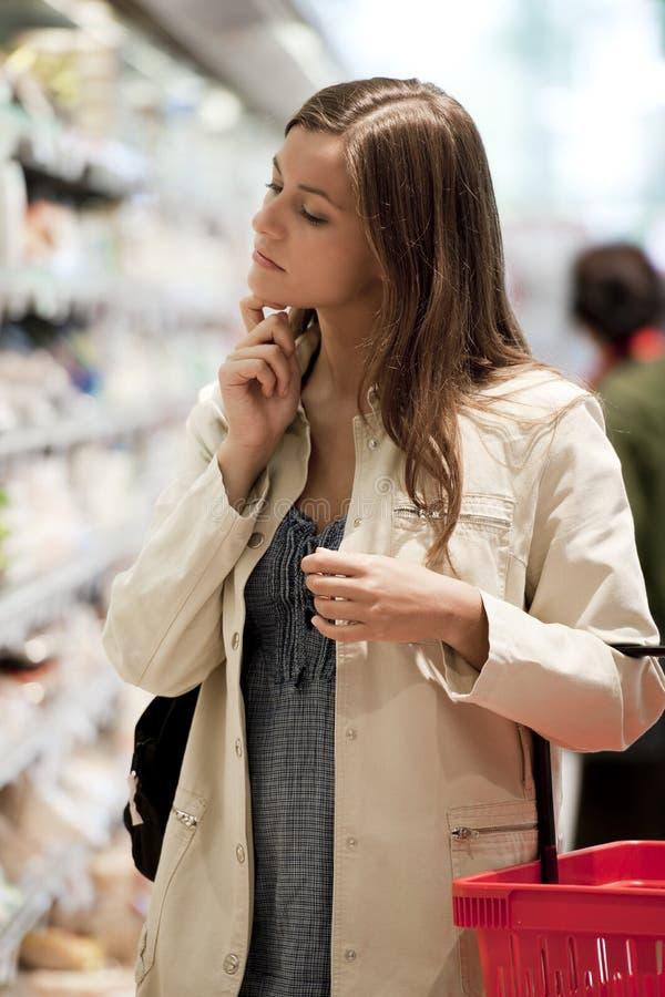 Mulher nova no supermercado fotografia de stock