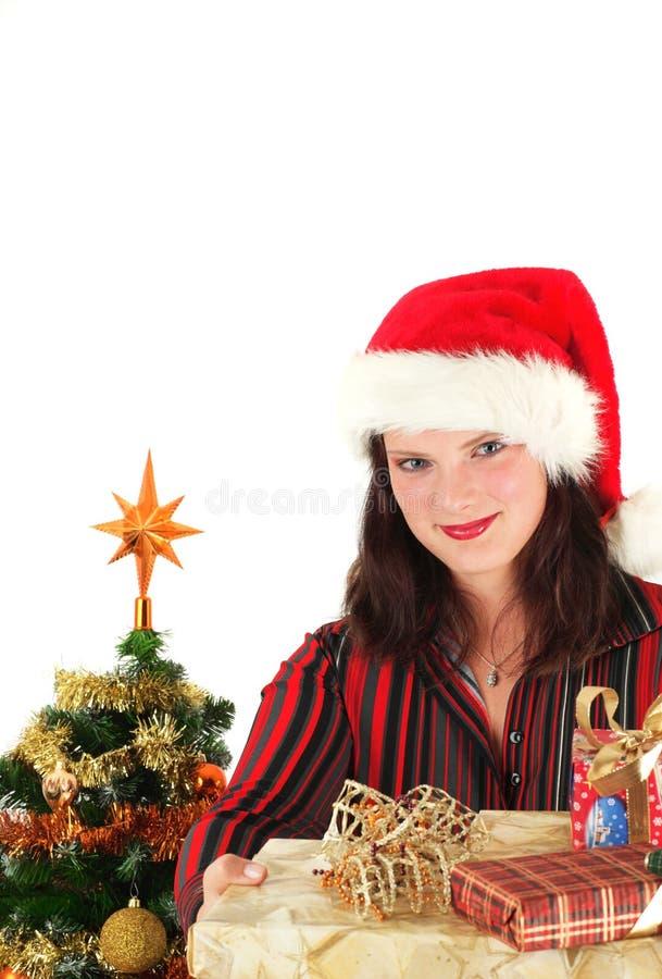 Mulher nova no tampão e nos presentes de Santa foto de stock royalty free