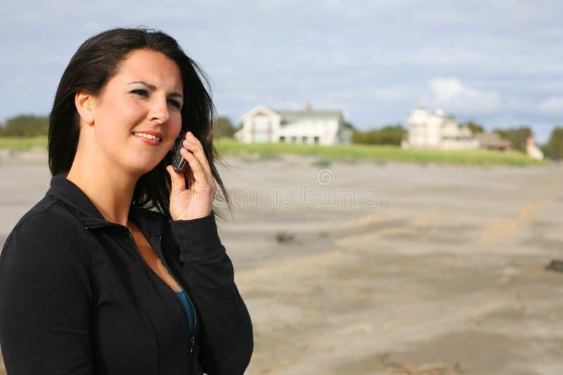 Mulher nova no telemóvel foto de stock