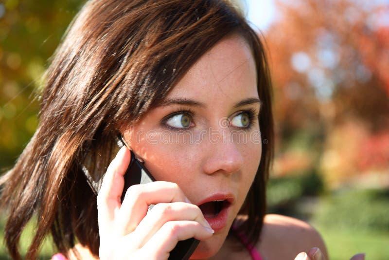 Mulher nova no telemóvel imagem de stock