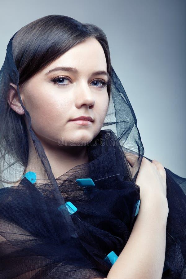 Mulher nova no véu bonito imagens de stock