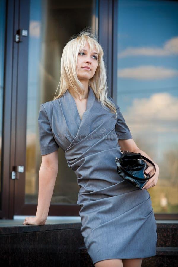 Mulher nova no vestido cinzento fotos de stock