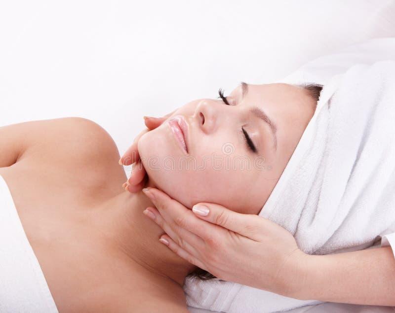 Mulher nova nos termas. Massagem facial. fotografia de stock