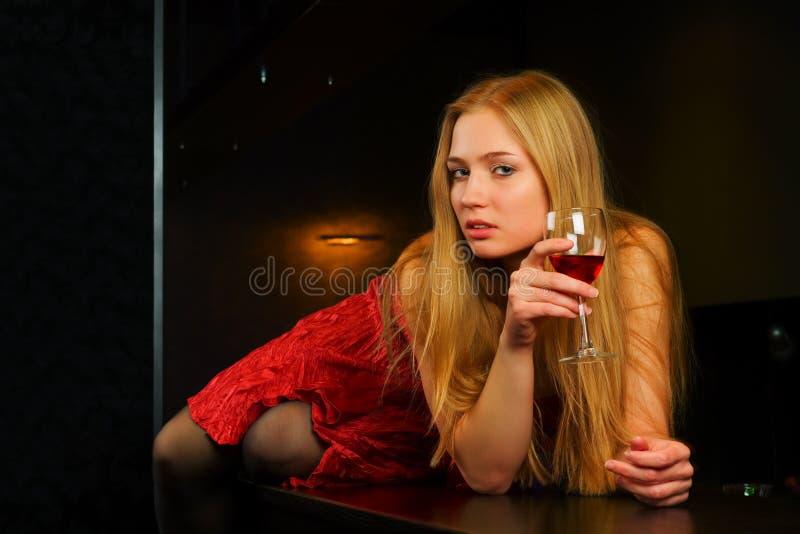 Mulher nova pensativa em uma barra. fotografia de stock