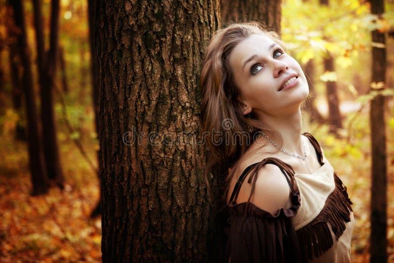 Mulher nova pensativa feliz na natureza fotos de stock royalty free