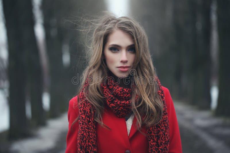 Mulher nova perfeita ao ar livre imagem de stock