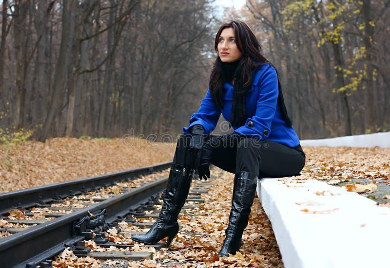 Mulher nova perto dos trilhos fotografia de stock royalty free