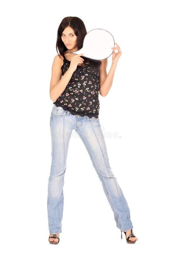A mulher nova prende o cartão em branco foto de stock