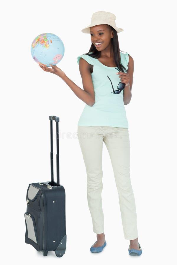 Mulher nova pronta para viajar o mundo imagens de stock
