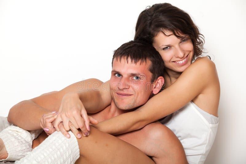 Mulher nova que abraça seus noivo e sorriso fotos de stock royalty free