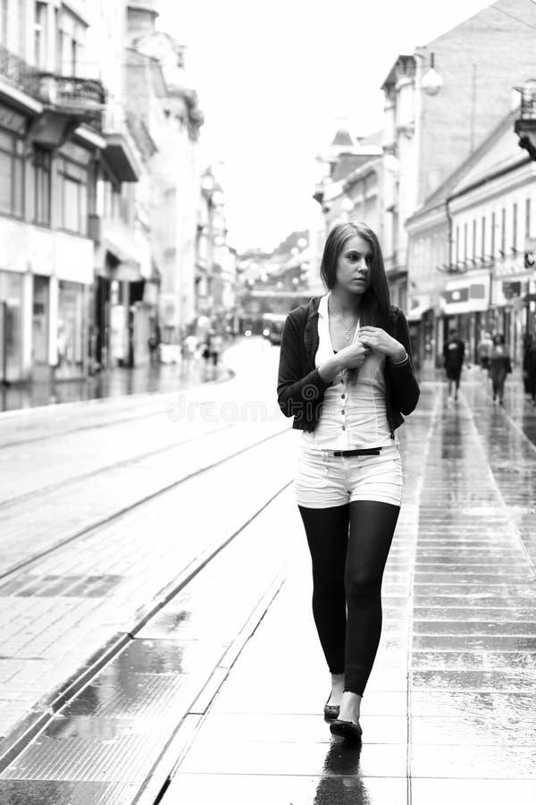Mulher nova que anda na cidade imagens de stock