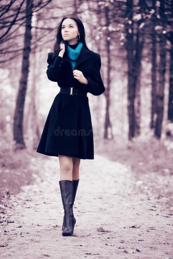 Mulher nova que anda na floresta imagens de stock royalty free