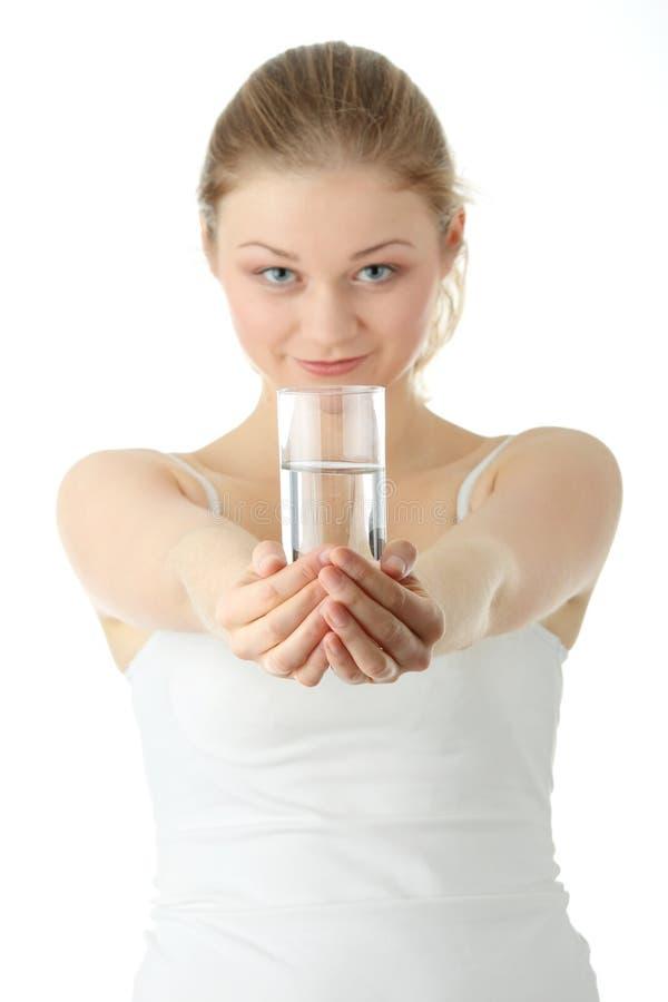 Mulher nova que bebe a água fria fresca fotografia de stock