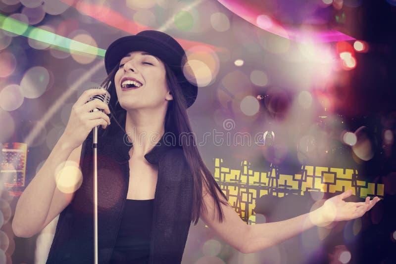 Mulher nova que canta com o microfone imagens de stock royalty free