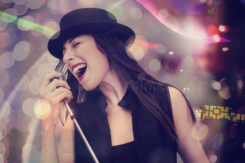 Mulher nova que canta com o microfone imagem de stock royalty free