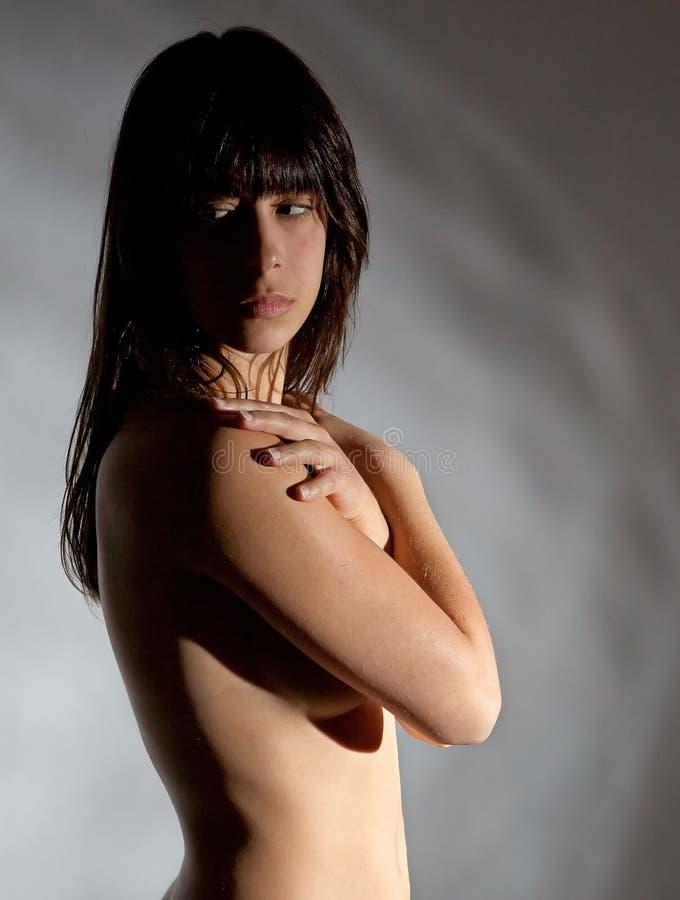 Mulher nova que cobre a parte superior desencapada foto de stock royalty free