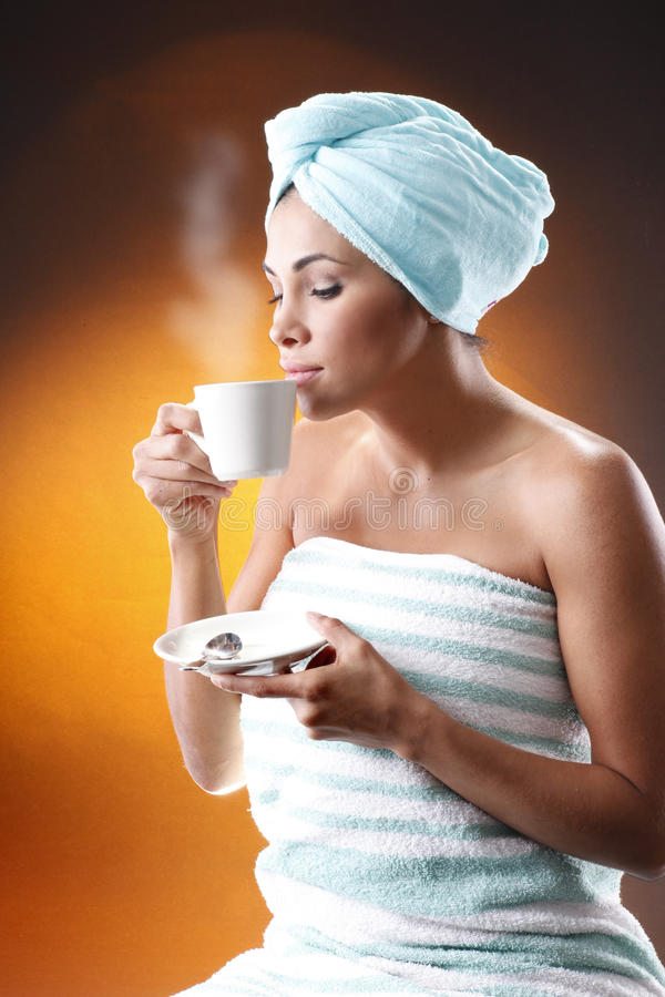 Mulher nova que come um café da manhã. imagens de stock royalty free