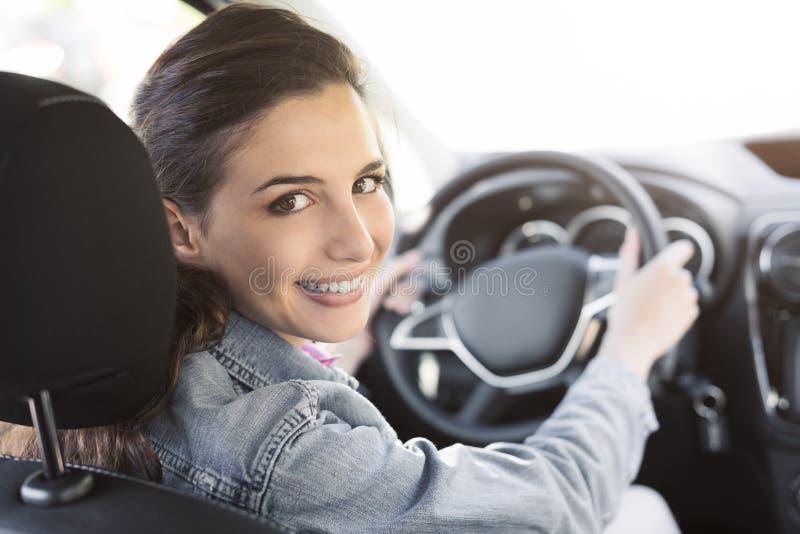 Mulher nova que conduz seu carro fotografia de stock royalty free