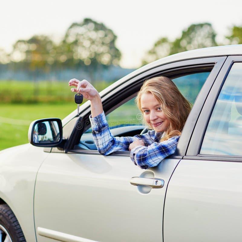 Mulher nova que conduz um carro foto de stock royalty free