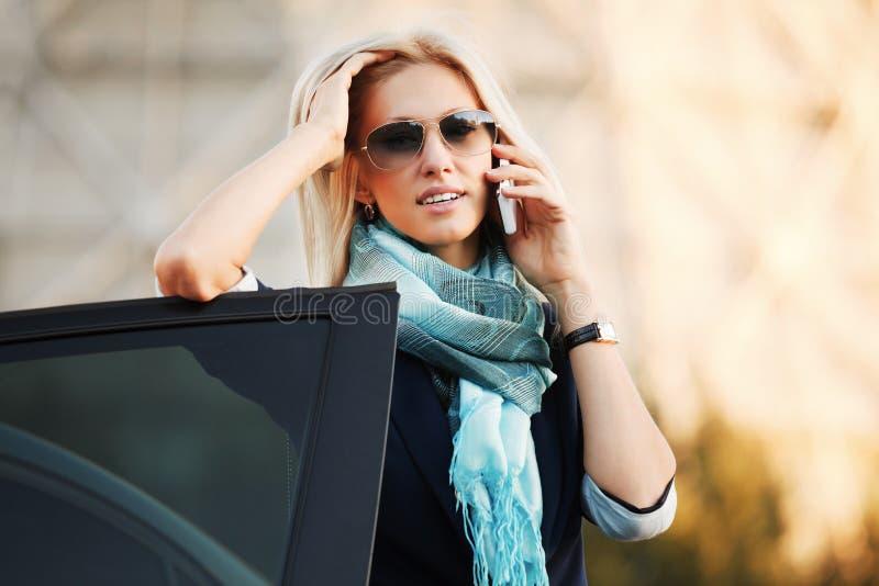 Mulher nova que convida o telefone imagem de stock royalty free