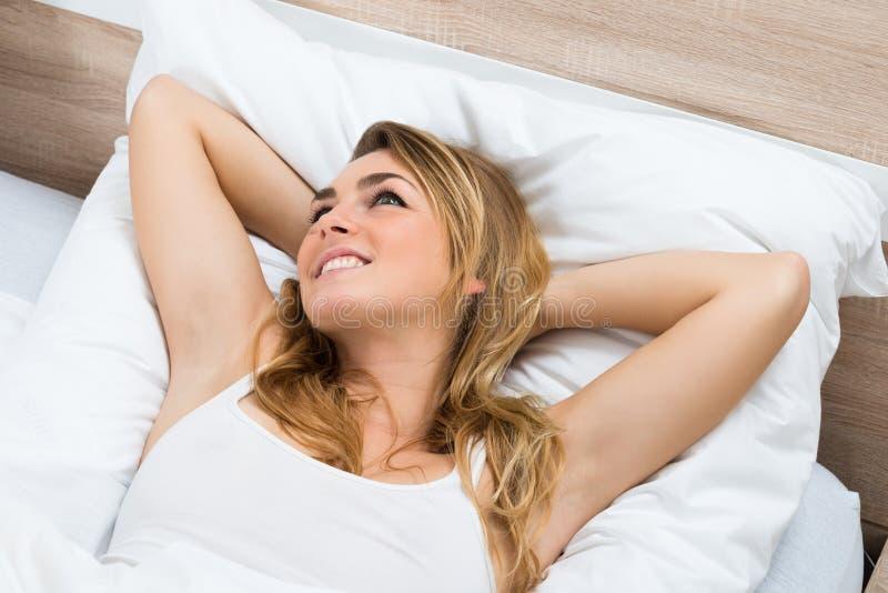 Mulher nova que daydreaming foto de stock royalty free