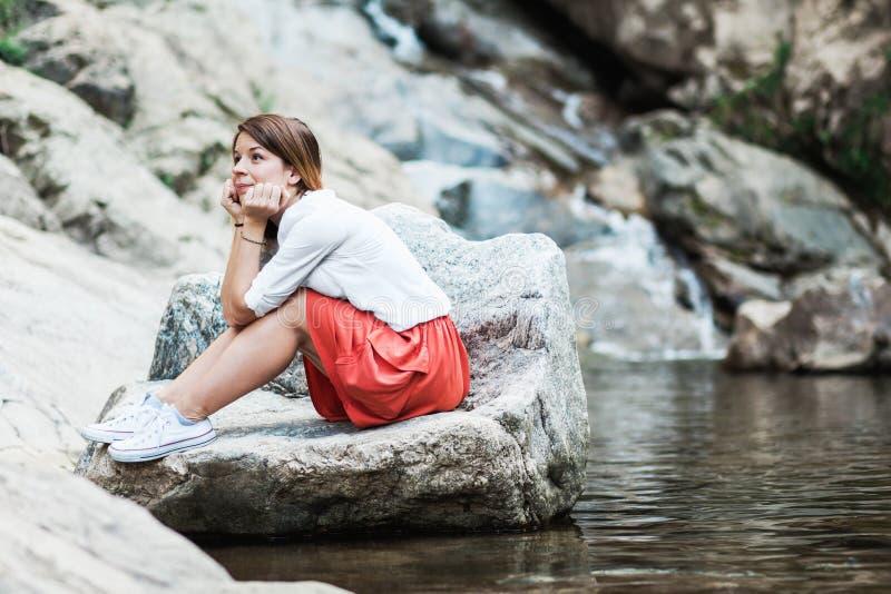 Mulher nova que daydreaming fotografia de stock royalty free
