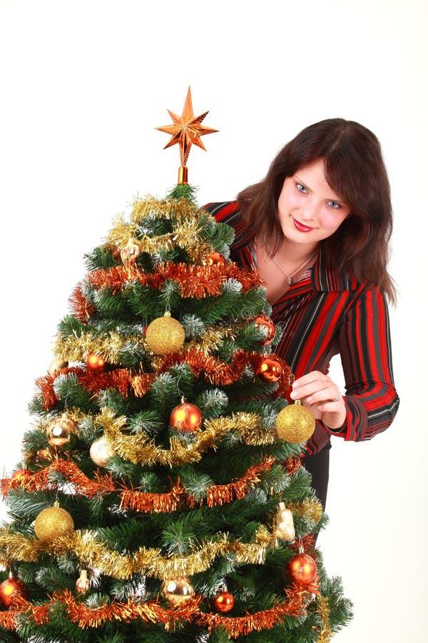 Mulher nova que decora a árvore de Natal fotos de stock royalty free