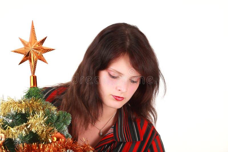 Mulher nova que decora a árvore de Natal foto de stock royalty free