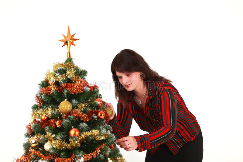 Mulher nova que decora a árvore de Natal foto de stock