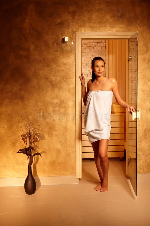 Mulher nova que deixa a sauna fotos de stock
