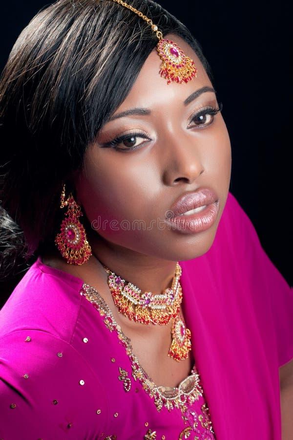 Mulher nova que desgasta a roupa e a jóia indianas fotos de stock royalty free