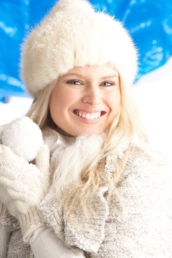Mulher nova que desgasta a roupa morna do inverno foto de stock