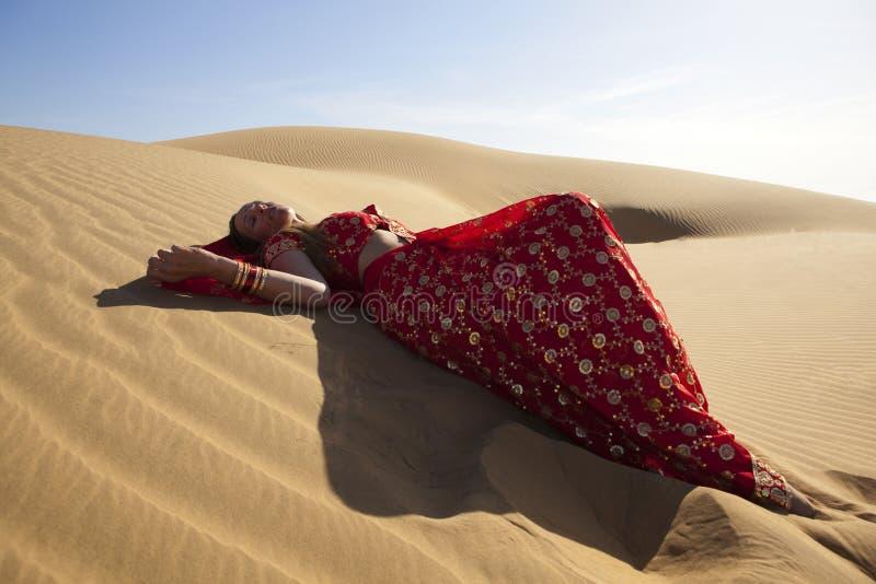 Mulher nova que desgasta um sari. foto de stock royalty free