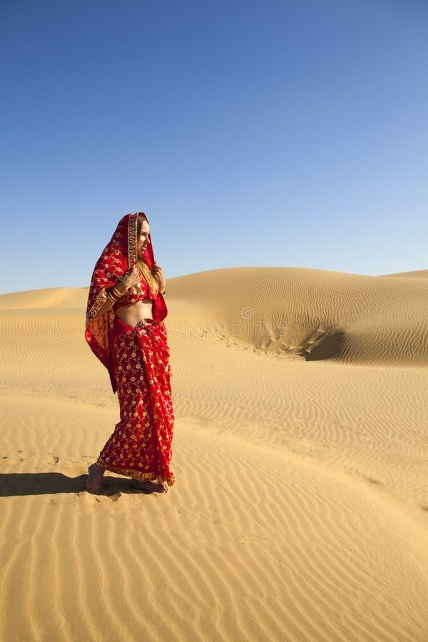 Mulher nova que desgasta um sari imagens de stock royalty free