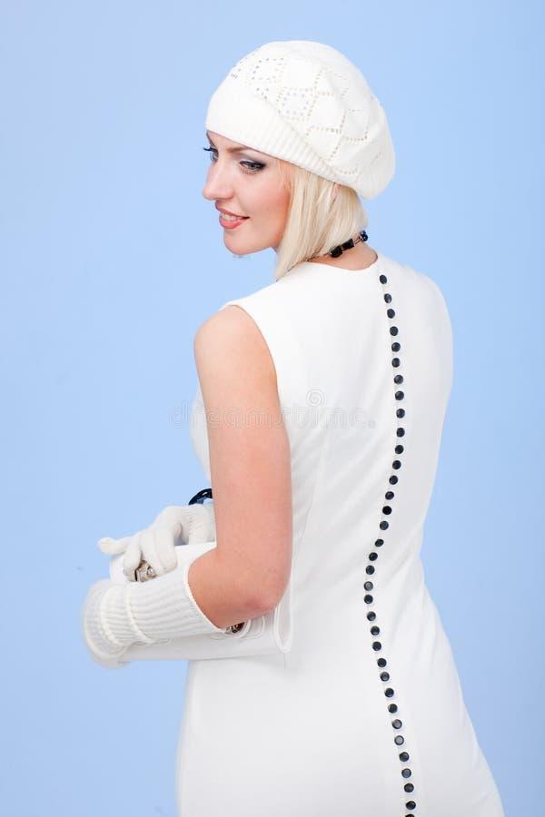 Mulher nova que desgasta um vestido branco imagens de stock royalty free