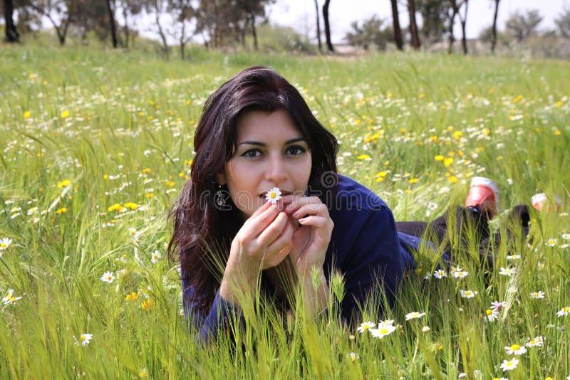 Mulher nova que encontra-se em um prado imagens de stock royalty free