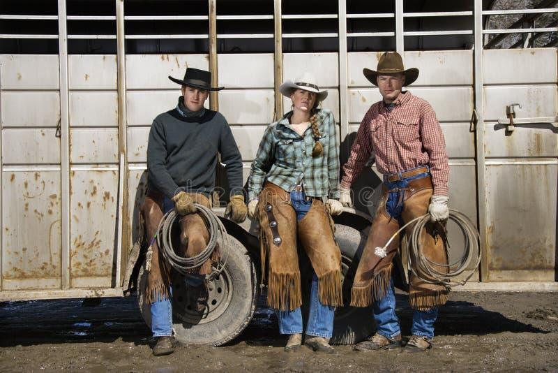 Mulher nova que está ao lado de dois homens com Lariats foto de stock royalty free