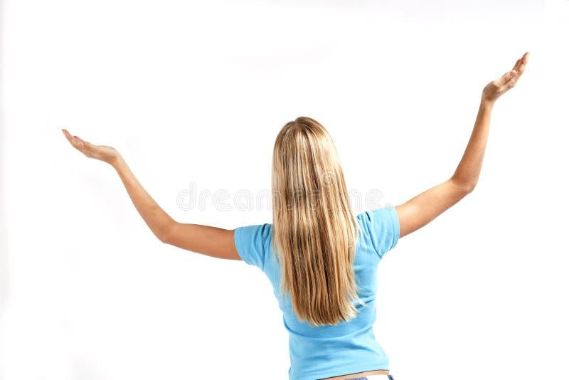 Mulher nova que está com braços levantados fotografia de stock