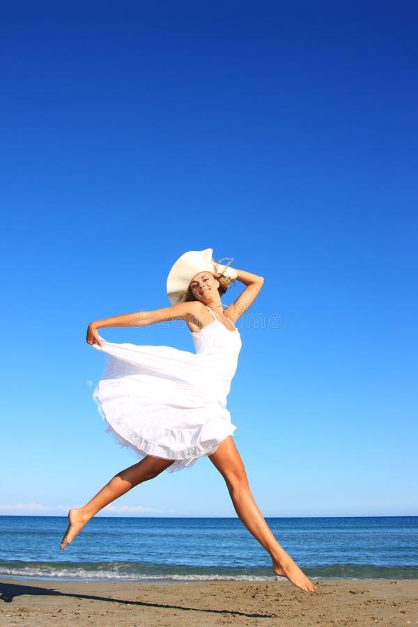 Mulher nova que está em uma praia imagem de stock royalty free