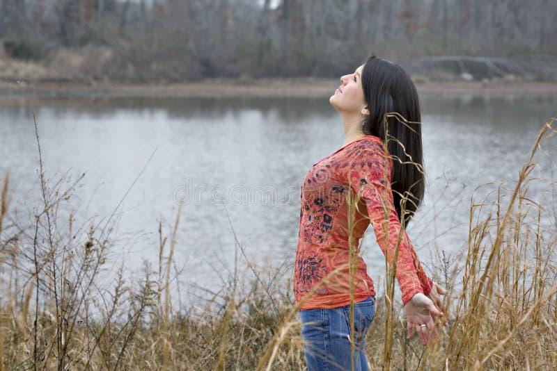 Mulher nova que expressa seu amor para o dia imagens de stock royalty free