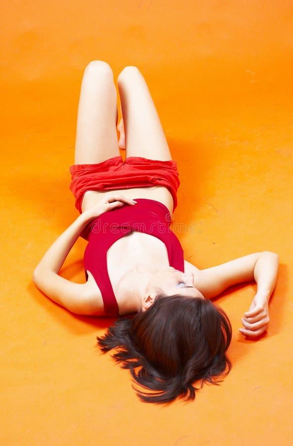 Mulher nova que faz exercícios de assoalho fotografia de stock royalty free
