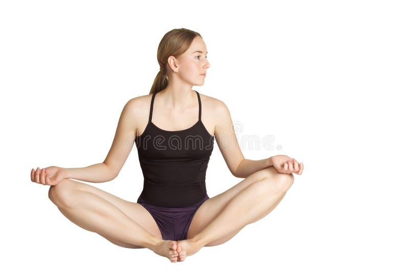 Mulher nova que faz exercícios do yoga- imagens de stock
