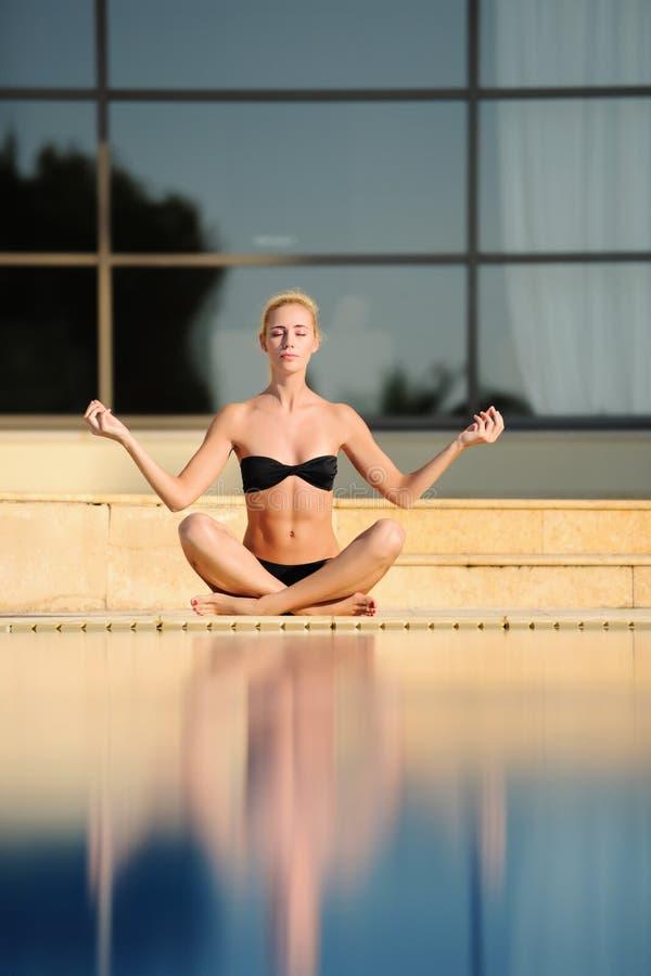 A mulher nova que faz a ioga imagens de stock royalty free