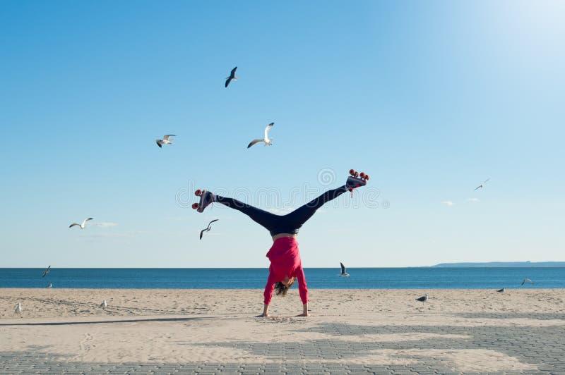 Mulher nova que faz o cartwheel fotografia de stock royalty free