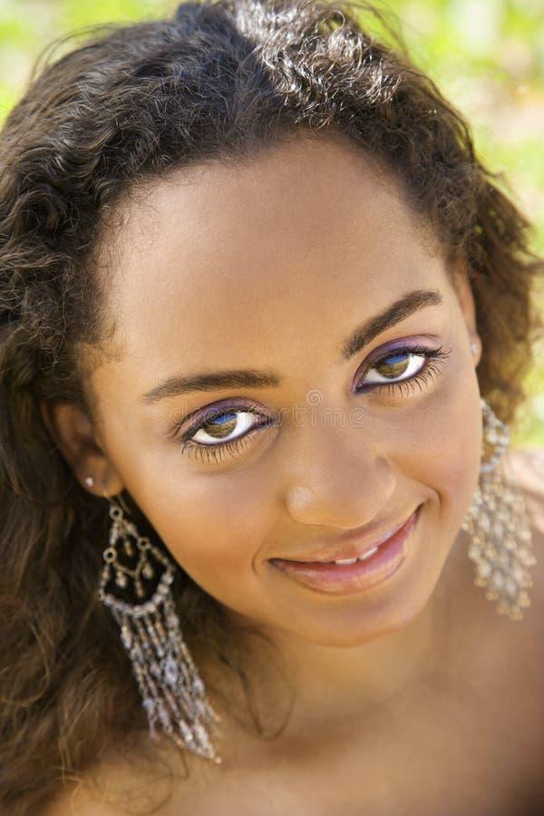 Mulher nova que faz o contato de olho. imagem de stock royalty free