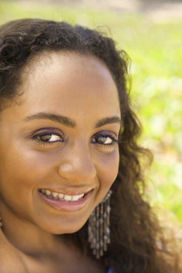 Mulher nova que faz o contato de olho. fotos de stock royalty free