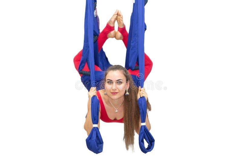 Mulher nova que faz o esticão Aptidão, estiramento, equilíbrio, exercício e povos saudáveis do estilo de vida Mulher que usa a re fotografia de stock